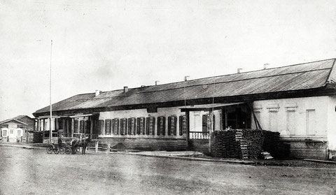 Гостиный двор с помещавшимися в нем музеем и библиотекой в 1891-1911 г. Слева два входа в музей и библиотеку соответственно, третий вход - в Городскую Управу.
