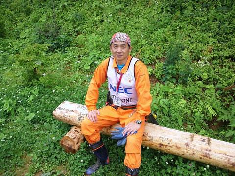 吉広貴明 NEC TOMONIプロジェクト 波伝谷仮設下の畑に自作の丸太椅子