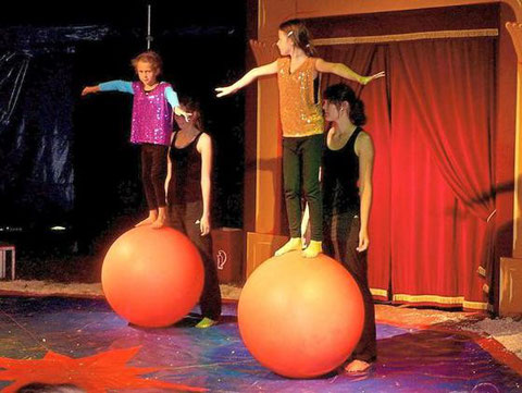 """Balanceakt auf dem Ball: In diesem Jahr haben die Kinder in den Sommerferien wieder die Gelegenheit, beim Zirkus """"Zappzarap"""" teilzunehmen. Foto: Sabrina Rode"""