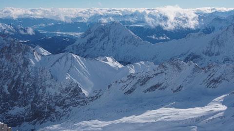 Der Schneeferner ist im Winter durch die kontinuierliche Schneedecke nicht erkennbar. Im Sommer sieht es da ganz anders aus.