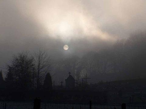 Brume hivernale sur le cimetière