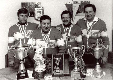 v.l. Rudolf Haiberger, Peter Kaltenrainer, Franz Kaiser und Helmut Kessel mit Siegtrophäen
