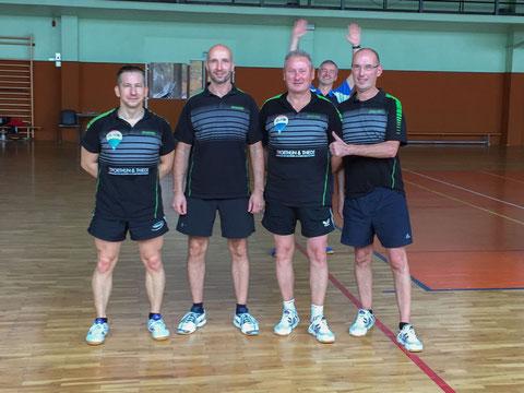 Vierte Mannschaft mit Fan im Hintergrund... ;-))