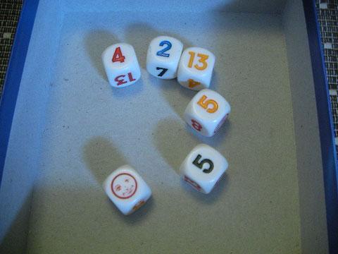 でまたAさんの番。「顔サイコロ」はジョーカーなので上の例でいくと「5」が並べられる