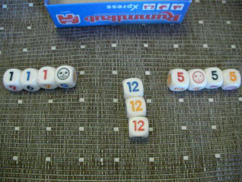 ジョーカーは他の数字のかわりにどこにもつけられる。ちなみに「5」は「青の5」として使用中。「1」は「黄色の1」として使用中