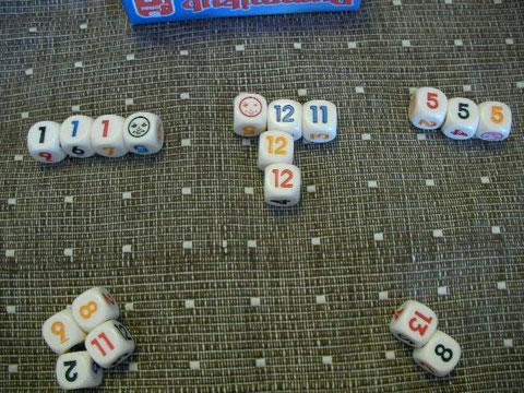 青の11と青の12、そしてジョーカーを「5」の並びからはずして「青の13」としてくっつけた。Aさんの残り2個