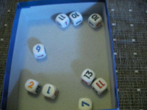 Bさんの番。残念。揃わなかった。ただ、次に11が揃いそう、とか思ったら、そのままキープして、次回11以外を振ることができる。