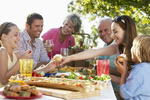 So macht das Leben im Kreis der Familie wieder Spaß: Mit komplett fest sitzenden Zähnen essen, reden, lachen und das Leben genießen! (© Monkey Business - Fotolia.com)