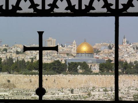 """Peregrinación a Tierra Santa.Vista desde jerusalén desde """"Dominus Flevit""""..Al otro lado del Torrente Cedrón."""