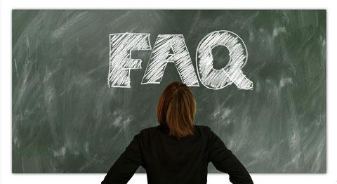 Frau steht vor Tafel mit Aufschrift: FAQ