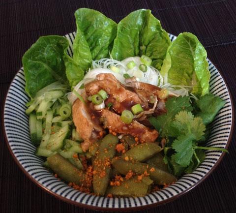 Citroengras gember kip met rijstnoedels en sugarsnaps.