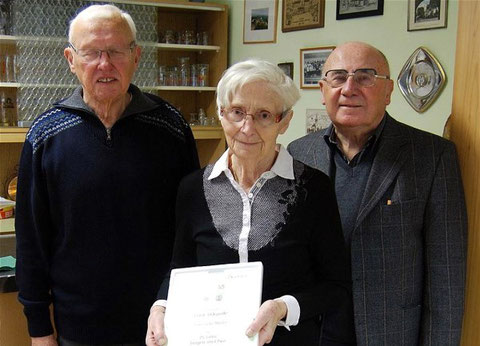 Ehrung: Lore Müller (25J), von links.: Vorsitzender Peter Behnke, Stellvertr. Werner Barth