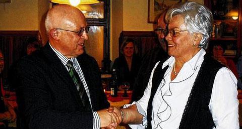 Goldene Stimmgabel für Roland Kraft (18 J. Chorleit.) geehrt durch Vorsitzende Renate Weißenseel 2012