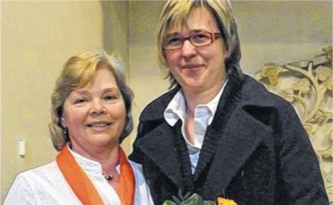 Chorleiter-Ehrung für Ulla Braun (13 J.) durch Vorsitzende Elvira Nöller (links) - 2012
