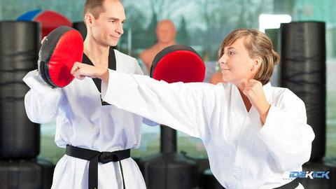 Erwachsene machen Karate in Langenargen