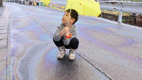 雨、油、道路、虹色、子供、傘、写真フリー素材 Rain, oil, road, iridescent, kids, umbrella, photo free material
