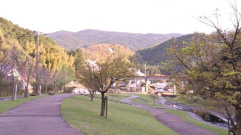川、山、田舎、夕方、木、遊歩道、風景の写真フリー素材 River, Mountain, Countryside, Evening, Trees, Promenade, Landscape Photos Free Material
