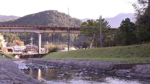 田舎、川、線路、山、民家の風景の写真フリー素材 Countryside, river, railroad track, mountain, private house landscape photo free material