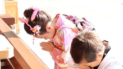 七五三、お寺の着物姿、和風写真、お参り写真のフリー素材 Shichigosan, kimono of temple, free material of Japanese style photo