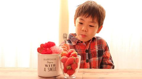 苺、果物、フルーツ、子供、インテリア、赤い花、ピンクの花、写真フリー素材 Strawberries, fruits, fruits, children, interiors, red flowers, pink flowers, photo free material