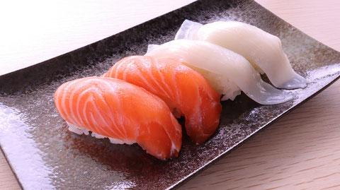 サーモン、イカ、鮭、寿司、寿司桶、外食、料理、食べ物の写真フリー素材 Squid, salmon, sushi, sushi tub, eating out, cooking, food photo free material