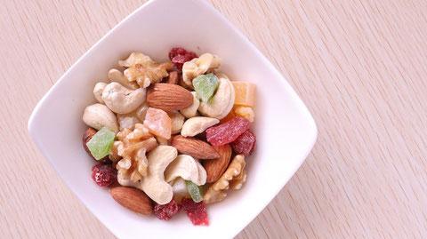 ドライフルーツ、ミックスナッツ、くるみ、カシューナッツ、アーモンド、ナッツ、ダイエット、お菓子、おやつ、料理、食べ物の写真フリー素材 Pictures of dried fruits, mixed nuts, walnuts, cashew nuts, almonds, nuts, diets, sweets, snacks, food, food Free material
