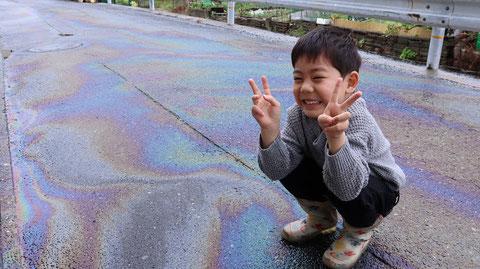 雨、油、道路、虹色、子供、写真フリー素材 Rain, oil, road, iridescent, kids, photo free material