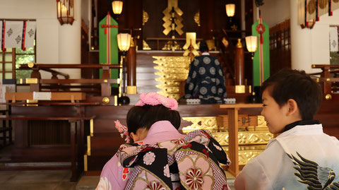 七五三、お寺の着物姿、和風写真、笑顔のフリー素材 Shichigosan, kimono of temple, free material of Japanese style photo