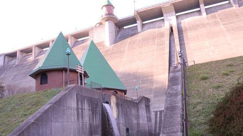 ダム、コンクリート、水、建築物、風景の写真フリー素材 Dam, concrete, water, building, landscape photo free material
