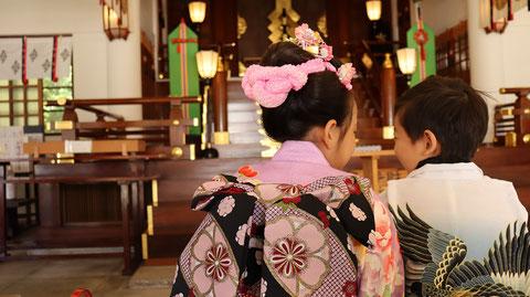 七五三、お寺の着物姿、和風写真、笑顔のフリー素材 Shichigosan, kimono of temple, free material of Japanese style photo