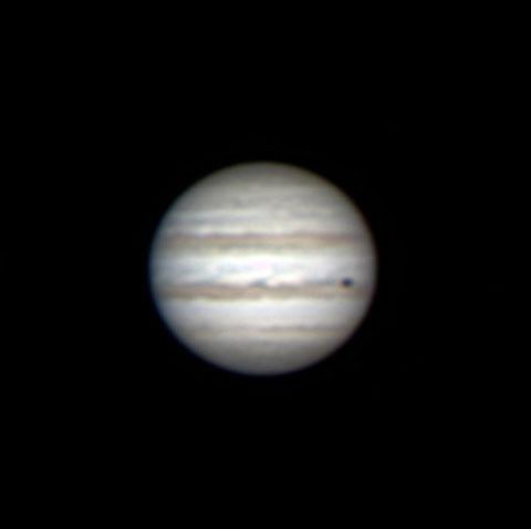 Der Planet Jupiter am 10.02.2015 - der erste Versuch, einen Planeten zu fotografieren! Am rechten Rand ist der Schatten des Mondes Callisto zu sehen. Das Seeing war sehr schlecht. Multiple Stack mit ASI120MC-S, Nachbearbeitung mit Autostakker und Registax