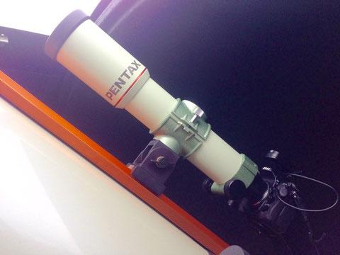 Der Pentax 75 SDHF Astrograph Piggyback auf dem C14 EdgeHD