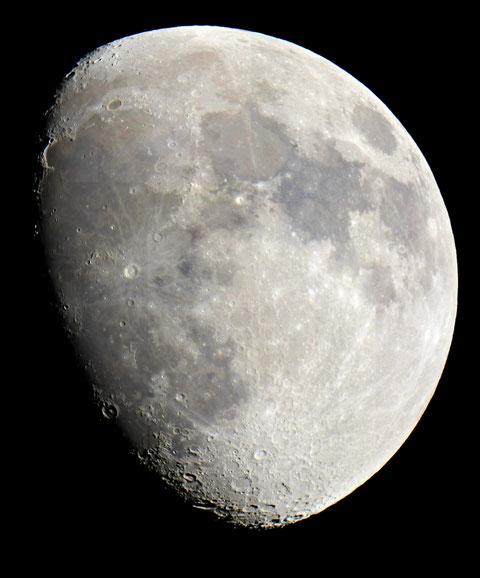 Der Mond zu 84% beleuchtet - Mosaik aus 8 Aufnahmen mit der Nikon D300S Spiegelreflex fokal über T2 - 1/200 Belichtungszeit
