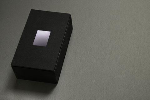 Caja de Lluvia, 2014. Caja de madera pintada de negro, que contiene un dispositivo sonoro y uno lumínico cubiertos por una tapa con ventana translúcida. 16 x 15 x 9 cm