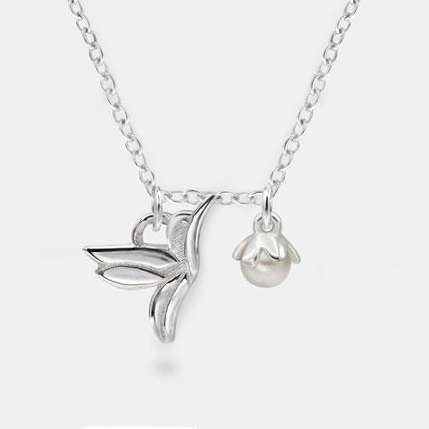 "<img src=""/Filigranes-Armband-silber-Kolibri-Vogel-Perlen-Anhänger.jpg"" alt=""Filigranes Armband aus 925er Sterling Silber mit Kolibri Vogel und Perlen Anhängern"">"