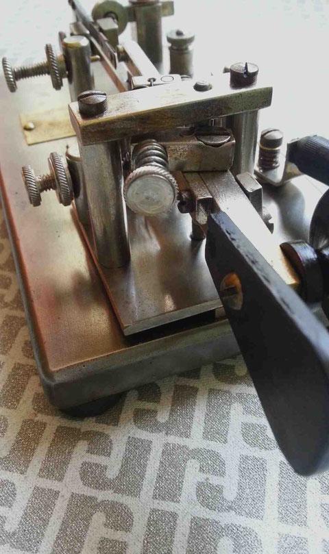 Early Model-X nichel. Particolare frame e pendolo.