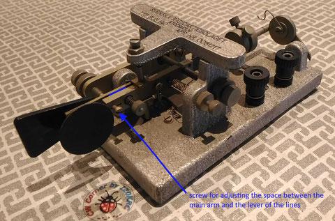 SRA 140 Bug - Particolare della vite che regola la distanza tra la leva delle linee, con quella principale del pendolo.