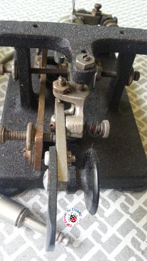 Mc Elroy modello 1936A - Particolare del frame e dello snodo del pendolo prodotto in fusione, tipico del 1936 tipo A.