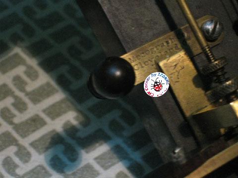 Mecograph #06 or n.3 round pendulum. Particolare iscrizione su leva di corto circuito
