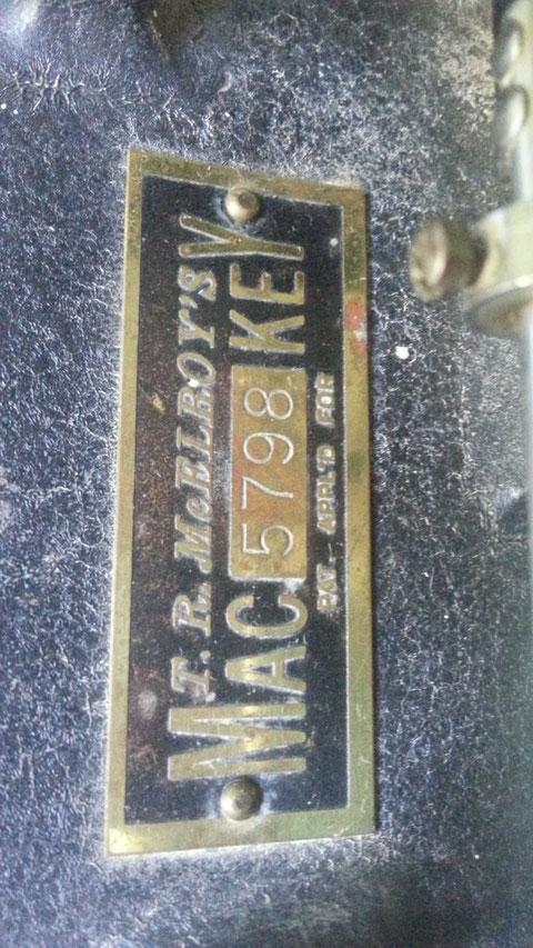 Mc Elroy model 1935, Deep Vee - Particolare targa in ottone