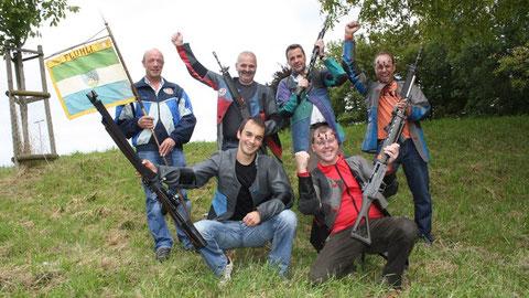 Die Gruppenschützen (kniend von links): Konrad Emmenegger, Erwin Emmenegger; (stehend von links): Roland Röösli, Josef Schnider, Armin Schmid, begleitet vom Betreuer Hansruedi Burri.
