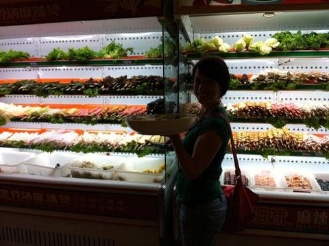 frische Gemüse- und Fisch-Spieße aussuchen...
