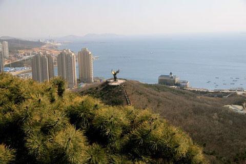 Auf diesem Hügel steht ein Bulle, auf dem ein chinesischer Junge reitet - nächstes Mal will ich da auch hinauf klettern (auf den Hügel, mein ich)!