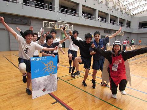 野沢温泉杯優勝記念です。ガッチャマンのポーズらしいです。大石と宮辻で完全に隠れているのは中井君です。熊野どこ向いてるの!?