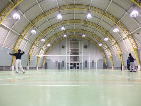 掃除してきれいになった体育館。OBOGの方々には懐かしい光景かもしれません。