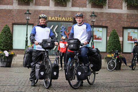 Niklas Lehnert und Tim Thesing (von links) mit ihren Rädern von dem Rathaus