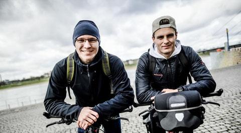 Niklas Lehnert (r.) und Tim Thesing fahren die Fahrräder ein, mit denen sie am Montag nach Spanien starten. Foto: Bretz, Andreas (abr)
