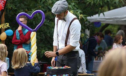Unzählige Luftballons formte der Zauberer und Ballonkünstler Tobi Twist für die Kinder
