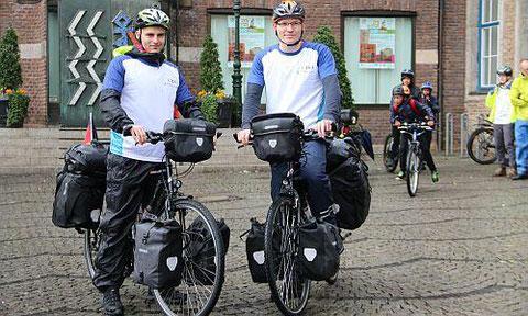 Am Sonntag wurden sie vor dem Rathaus verabschiedet, ihre Tour starten sie am Montag - die Studenten Niklas Lehnert und Tim Thesing (v.l.)