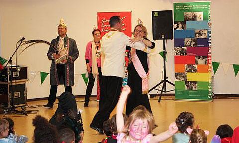Erst tanzte das Schloßgrafenpaar Eva und Sven ...